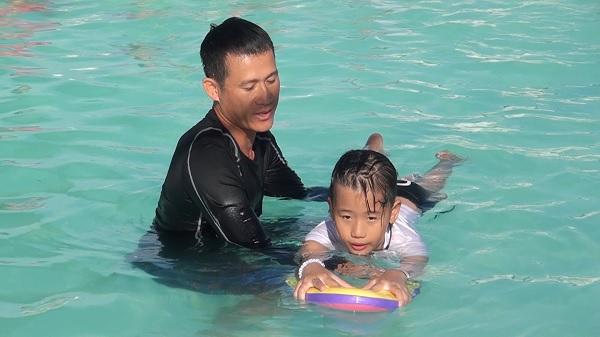 An Phú: Phổ cập bơi cho trẻ em - Nguồn : ATV
