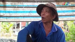 Ông Nguyễn Văn Phát xã Quốc Thái, huyện An Phú 3 năm làm công tác vá đường - Nguồn : ATV