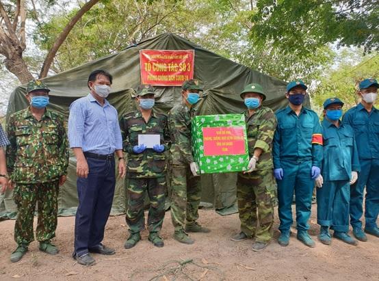Phó Chủ tịch Ủy ban nhân dân tỉnh Trần Anh Thư thăm, trao quà cho cán bộ chiến sĩ huyện An Phú - Nguồn :