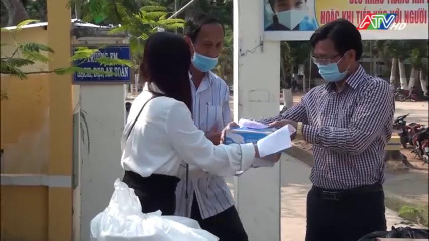 An Phú trao nhu yếu phẩm cho các khu cách ly tập trung - Nguồn : ATV