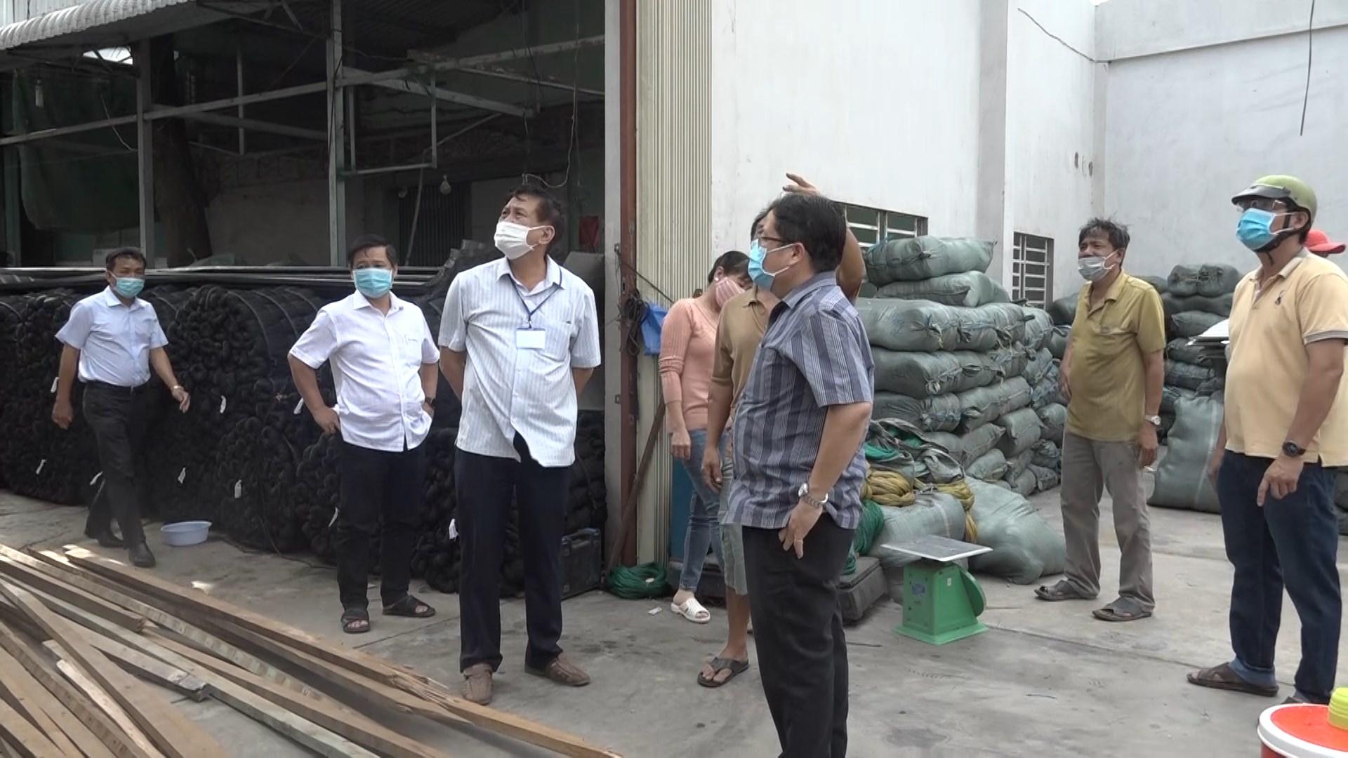 UBND huyện Chợ Mới thăm hỏi các gia đình bị thiệt hại do dông lốc