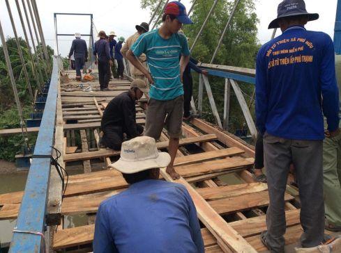 Ảnh: Cầu tuyến dân cư Bắc Cỏ Lau được người dân sửa chữa